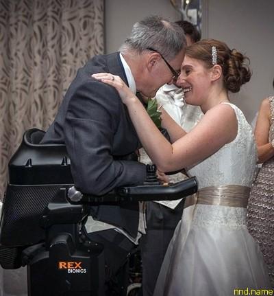 Парализованный британец в экзоскелете произнес речь на свадьбе дочери