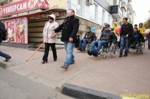 Брянские чиновники сели в инвалидные коляски