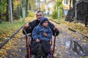 Отец-одиночка борется за сына с бедностью и инвалидностью