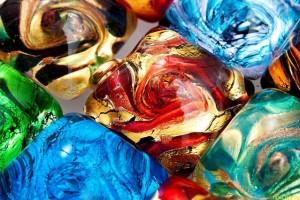 Создают предметы интерьера из стекла