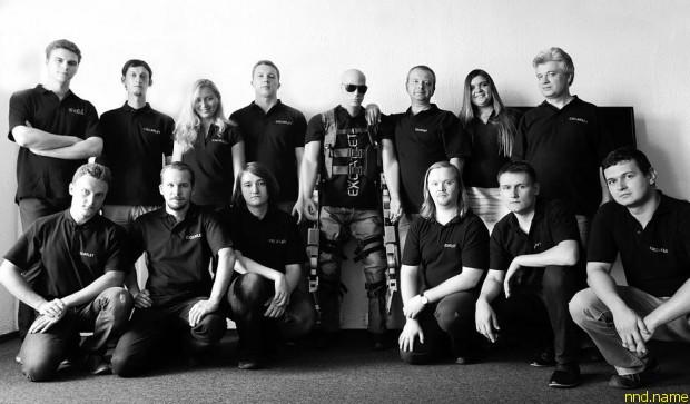 Команда, работающая над экзоскелетом ExoAtlet