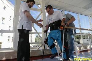 Медицинский экзоскелет ставит на ноги парализованных
