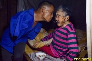 Безрукий Чена Хиньиня заботится о парализованной матери
