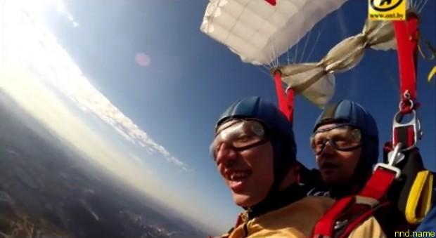 Парень с ДЦП совершил прыжок с парашютом