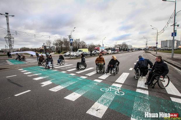 колясочники на несколько минут перекрыли проспект Победителей в Минске