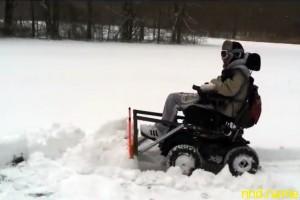 Тим Тейлор превратил свою электроколяску в снегоуборщик