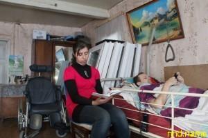 Прикованный к постели мужчина строит дом и центр для инвалидов
