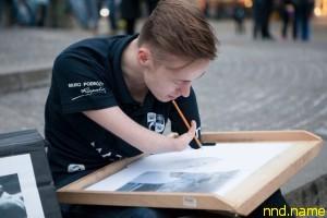 Mariusz Kedzierski родился без обеих рук и стал художником