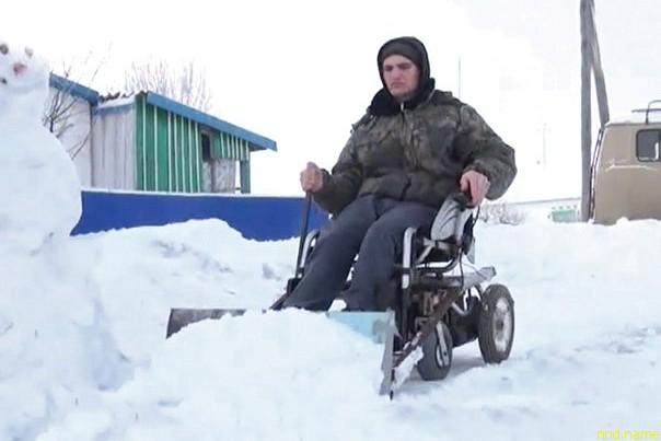 Денис Шумаков превратил электроколяску в снегоуборочную машину