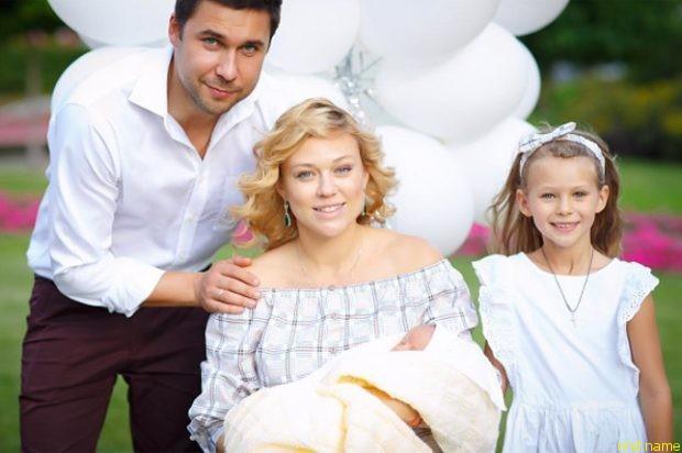 Ксения с мужем Алексеем и дочерьми — семилетней Таисией и новорожденной Алексой