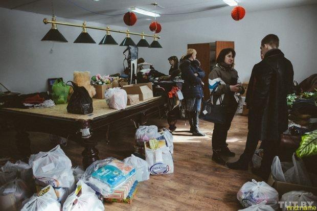 Анна Герина руководит раздачей гуманитарной помощи «Генома»