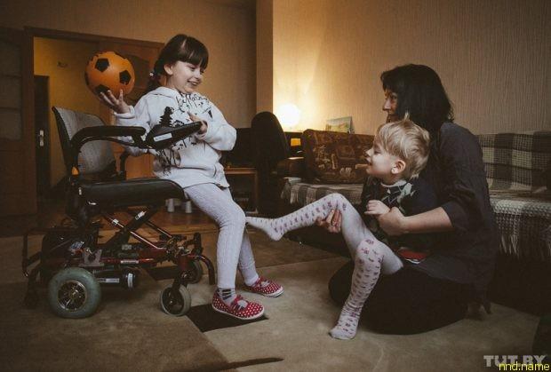 Анна Герина играет с Яной и ее братом Ваней (младший сын Анны Гериной. — Прим. авт.)