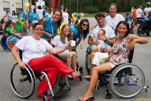 Ольга, Надя, Мария с семьей и волонтеры учатся ориентироваться на местности