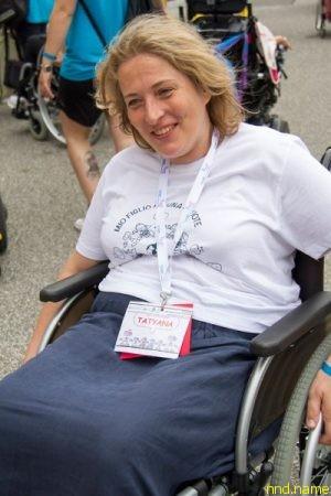 Татьяна Свешникова учится управлять инвалидным креслом