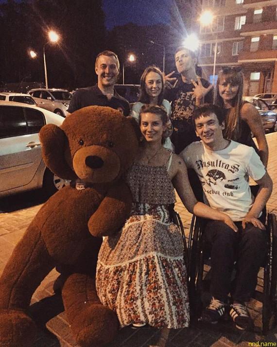Оля в свой день рождения с друзьями у подъезда своего дома