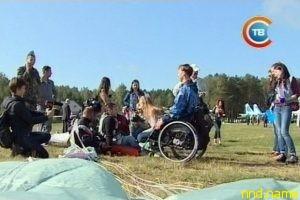 Небо без барьеров: колясочники соревнуются в прыжках с парашютом