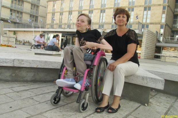 Настя с мамой возле иерусалимской клиники Шаарей Цедек