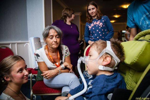 Анна Мандели (в центре), специалист по респираторной поддержке детей со СМА