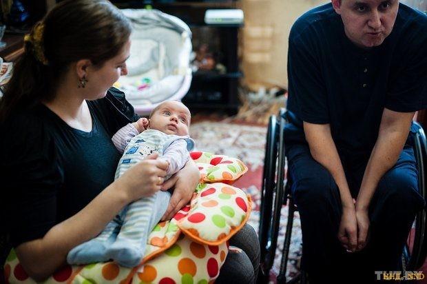 """""""Все в ваших руках"""". Как инвалиды-колясочники создали семью и растят ребенка"""