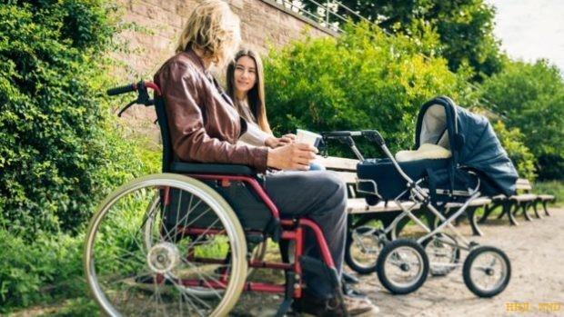 Мужчина в инвалидном кресле и женщина с детской коляской