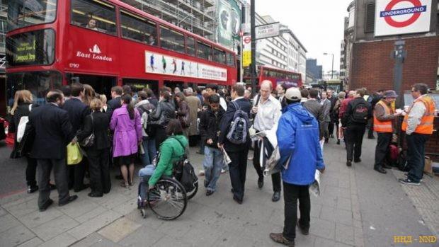 Очередь на автобус у вокзала