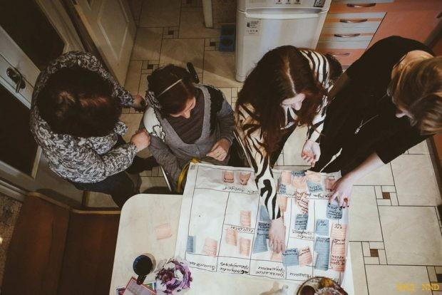 Ольга, Лена и Юля Стефняк показывают бизнес-канву проекта