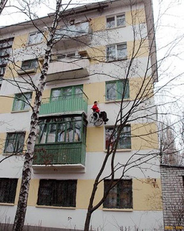 С пятого этажа на тросах