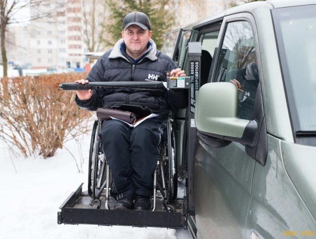 Женя в собственном микроавтобусе. Он предназначен для поездки инвалидов-колясочников