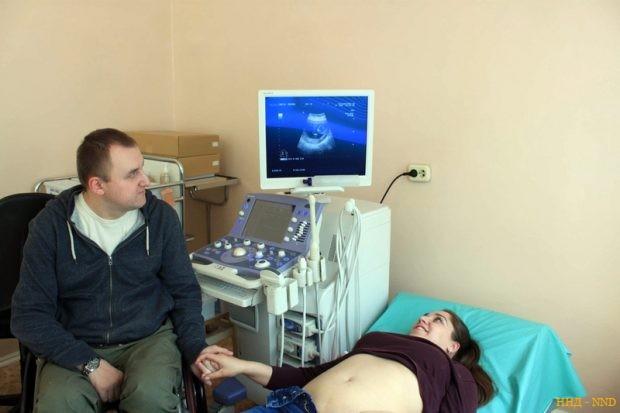 Анна в УЗИ-кабинете на 12-й неделе беременности