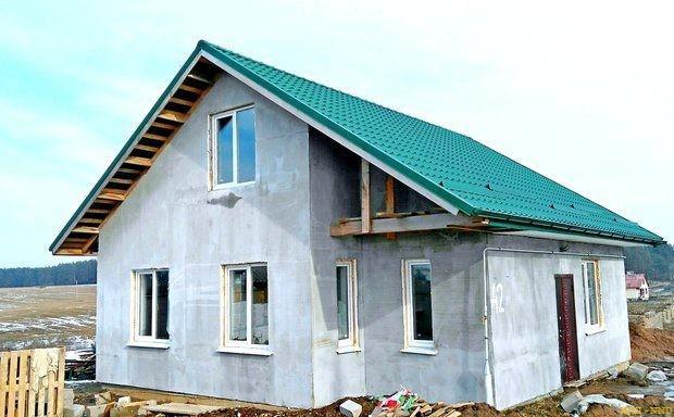 Стены в доме у Киселевых голые, однако вода и отопление есть, поэтому они заселились