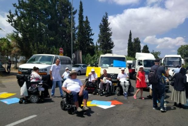 Акция протеста инвалидов, перекрывших въезд в аэропорт Бен-Гурион