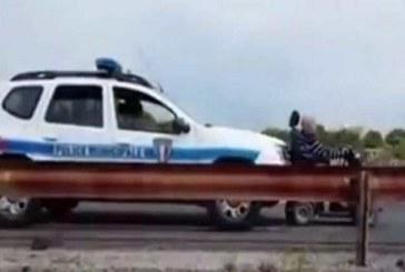 Полицейские дотолкали электроскутер