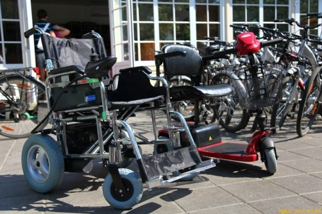 В «Сокольников» появились скутеры и коляски для инвалидов