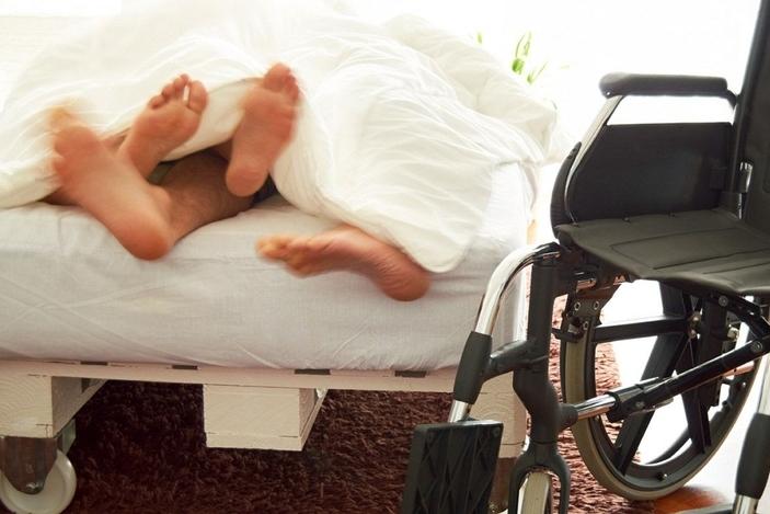 Секс с инвалидом колясочникомпозы видео