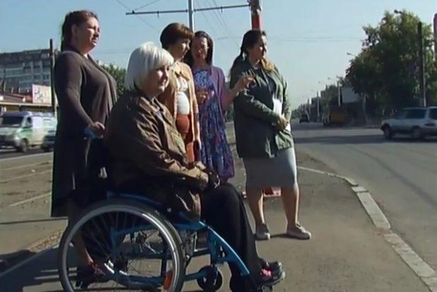 Инвалиды проверили пешеходные переходы на Красноярском рабочем