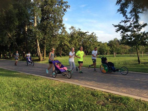 Вместе — десятки километров. Как любители бега поддерживают детей с инвалидностью