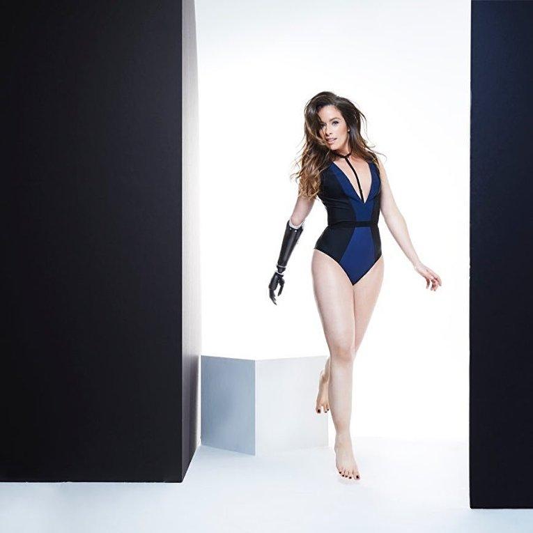 Rebekah Marine - Модель с бионическим протезом руки