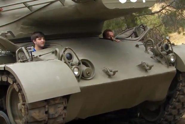 Шварценеггер покатал мальчика на личном танке