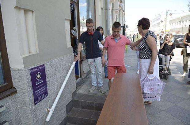 Не огороженные полуподвалы - самое страшное препятствие на пути незрячего пешехода
