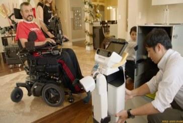 Робот от Toyota начал помогать инвалиду по дому