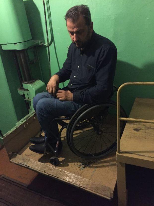 Этот подъемник из старой бумагорезательной машины сделали для Сергея работники полиграфкомбината, коллеги его матери