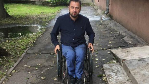 """""""Человек с меньшей физической подготовкой, меньшим умением владеть коляской, просто не выберется даже из моего дома. А проедем 150 метров в любую сторону - натолкнемся на бордюр который невозможно преодолеть"""""""
