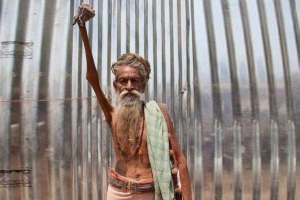 В Индии мужчина 44 года держит поднятую руку во имя мира на земле