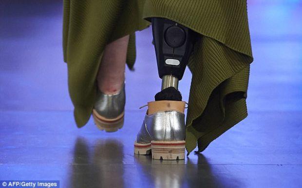 Модель потерявшая ногу отважилась выйти на подиум во время Лондонской недели моды