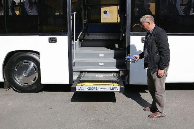 МАЗ выпустил автобус со специальным лифтом и местом для колясочников