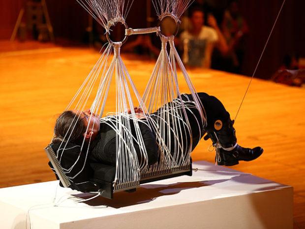 Ноэми Лакмайер в инсталляции Хайрофобия
