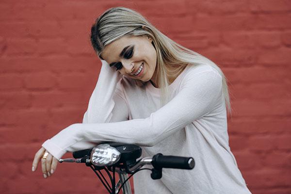 Алена Алехина -джемпер Roxy, макияж Urban Decay