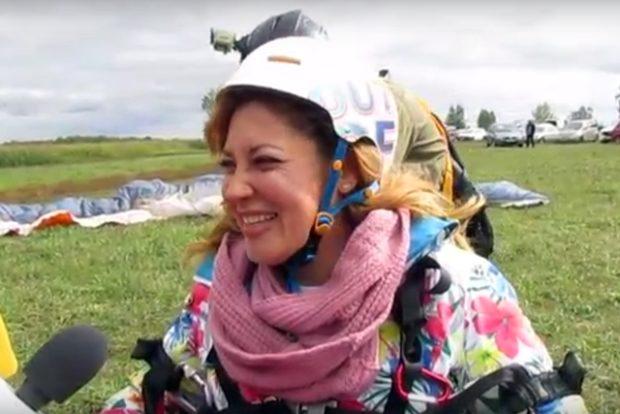 Колясочница из Смоленска совершила полет на параплане