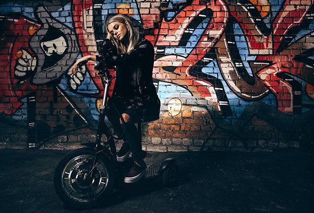 Алена Алехина -Платье, джинсы Roxy, кеды DC Shoes, макияж Urban Decay