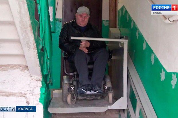 В доме инвалида-колясочника установили электрический подъемник